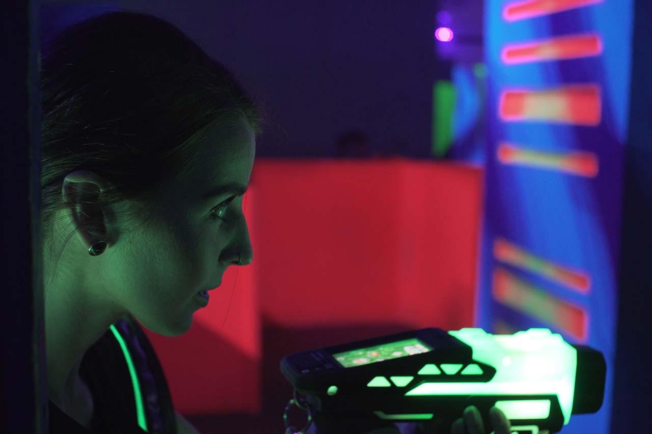 Firmenevents Mönchengladbach laserzone_moenchengladbach_lasertag_xspielerin-1
